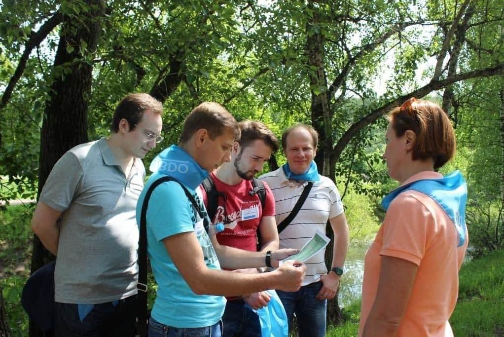 участники квеста обсуждают задание